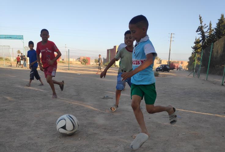 Kinder spielen Fußball in Marokko